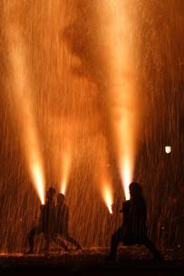 勇壮な手筒煙火 羽田八幡宮例大祭の写真素材 [FYI03385047]