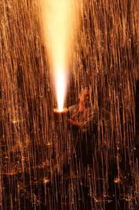 奉納者と手筒煙火 羽田八幡宮例大祭の写真素材 [FYI03385067]