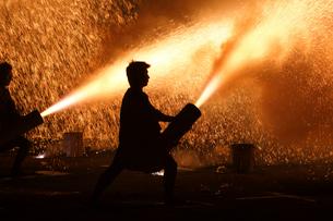 羽田八幡宮例大祭の奉納手筒煙火の写真素材 [FYI03385075]