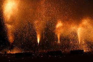 羽田八幡宮例大祭の手筒花火の写真素材 [FYI03385080]