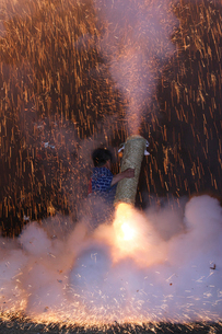 羽田八幡宮例大祭のハネの一瞬の写真素材 [FYI03385084]