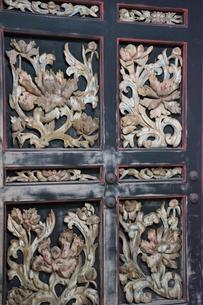 宝厳寺唐門(扉を飾る牡丹彫刻)の写真素材 [FYI03385292]