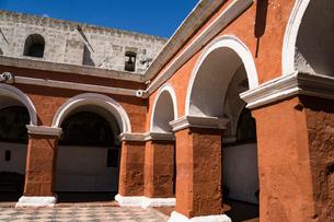 アレキパのサンタ カタリナ修道院の中庭(パティオ)の写真素材 [FYI03385298]