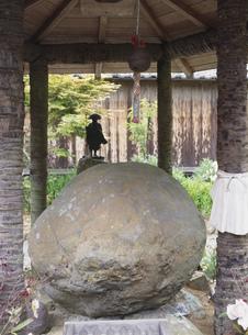 久延寺夜泣石 小夜の中山の写真素材 [FYI03385337]