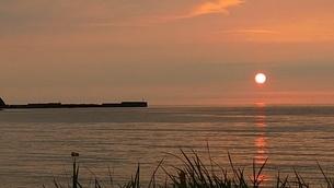 海に沈む夕陽の写真素材 [FYI03385572]