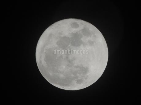 月(中央)の写真素材 [FYI03385666]