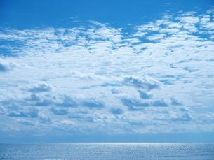 空と雲と海が仲良く共存する場所の写真素材 [FYI03385887]