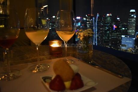 シンガポールのお洒落なレストランで夜景を見ながらのディナーの写真素材 [FYI03385912]