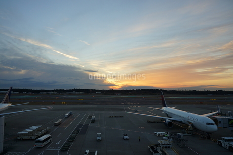 飛行機と夕焼けの写真素材 [FYI03385967]