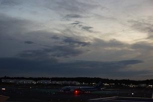 飛行場と飛行機の写真素材 [FYI03385977]