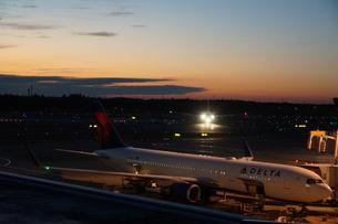 飛行機と夕暮れの写真素材 [FYI03385980]