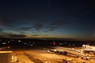 成田空港の夕暮れの写真素材 [FYI03385989]