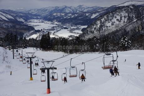 スキー場のリフトと雪景色の写真素材 [FYI03386016]