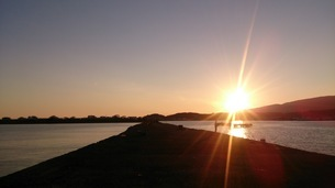 秋の夕日の写真素材 [FYI03386071]