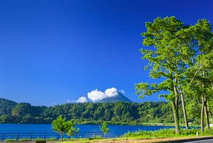夏の池田湖と開聞岳の写真素材 [FYI03386095]