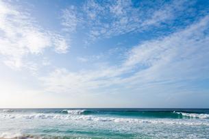 ハワイノースショアの波と青空の写真素材 [FYI03386128]