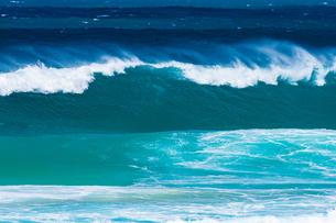 ハワイノースショアの波の写真素材 [FYI03386142]