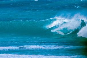 ハワイのノースショア波とサーフボードの写真素材 [FYI03386143]