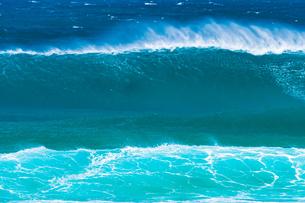 ハワイノースショアの波の写真素材 [FYI03386145]