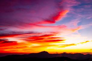 西吾妻スカイバレーより夕焼けに染まる雲の写真素材 [FYI03386290]