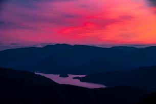 西吾妻スカイバレーより夕焼けに染まる空と桧原湖の写真素材 [FYI03386298]