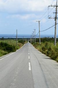 海に向かう直線の一本道の写真素材 [FYI03386433]