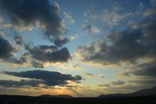 オレンジ色の空と雲の写真素材 [FYI03386434]