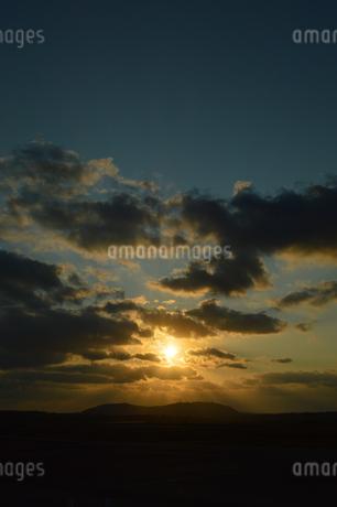 オレンジ色の空と雲の写真素材 [FYI03386435]