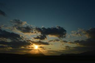 オレンジ色の空と雲の写真素材 [FYI03386436]