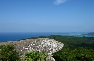 海が見える石垣島の山頂の奇岩の写真素材 [FYI03386511]