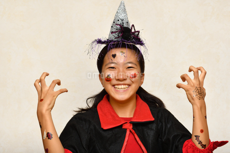 ハロウィンパーティーを楽しむ女の子の写真素材 [FYI03386516]