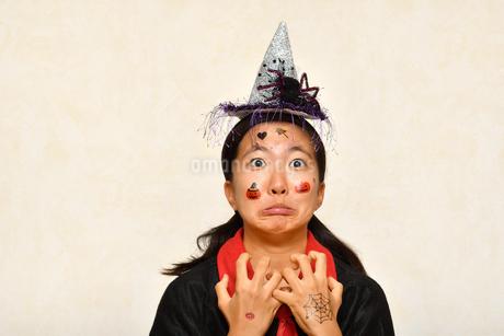 ハロウィンパーティーを楽しむ女の子の写真素材 [FYI03386517]
