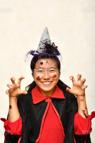 ハロウィンパーティーを楽しむ女の子の写真素材 [FYI03386518]