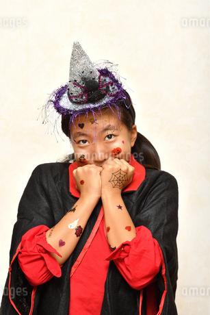 ハロウィンパーティーを楽しむ女の子の写真素材 [FYI03386520]
