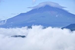 雲被る夏の富士山の写真素材 [FYI03386557]