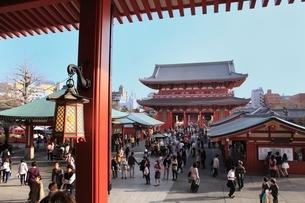 浅草寺と観光客の写真素材 [FYI03386794]