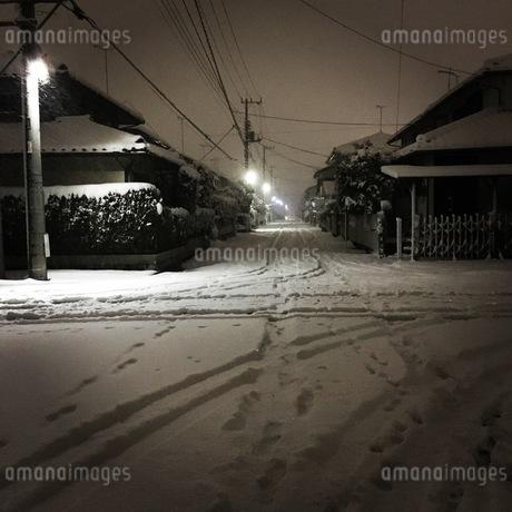 雪の住宅地の写真素材 [FYI03386841]