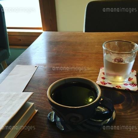 カフェでの休憩タイムの写真素材 [FYI03386851]