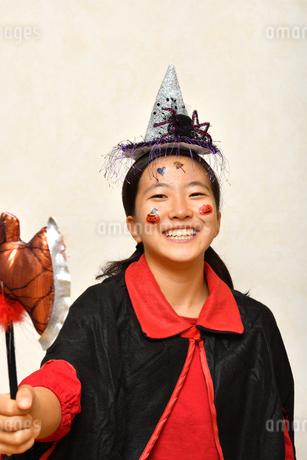 ハロウィンパーティーを楽しむ女の子の写真素材 [FYI03386955]