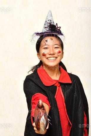 ハロウィンパーティーを楽しむ女の子の写真素材 [FYI03386956]