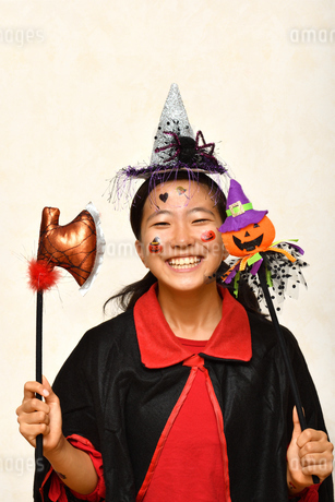 ハロウィンパーティーを楽しむ女の子の写真素材 [FYI03386960]