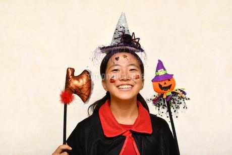 ハロウィンパーティーを楽しむ女の子の写真素材 [FYI03386961]