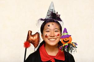 ハロウィンパーティーを楽しむ女の子の写真素材 [FYI03386962]
