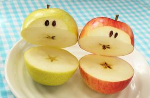 顔のあるかわいいリンゴのカップルの写真素材 [FYI03387082]