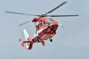 ホバリングする消防ヘリコプターの写真素材 [FYI03387175]