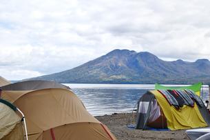 湖畔のキャンプ場の写真素材 [FYI03387287]