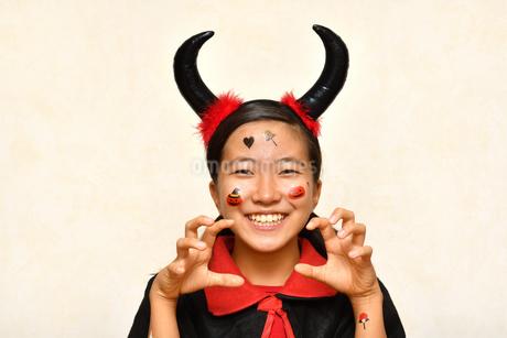 ハロウィンパーティーを楽しむ女の子の写真素材 [FYI03387421]