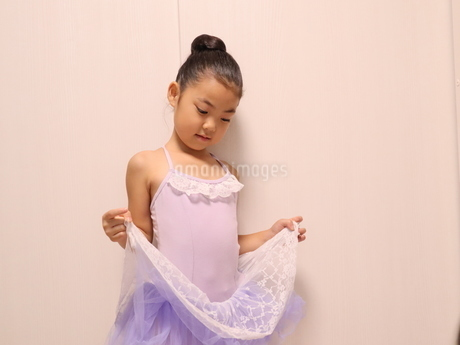 お気に入りのレオタードを着てポーズする女の子の写真素材 [FYI03387609]