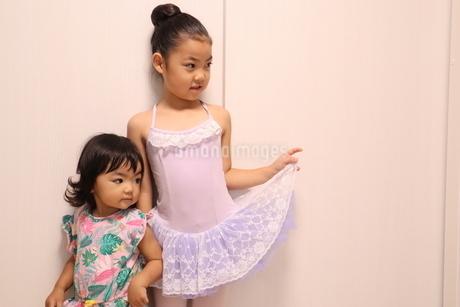 ポーズを決めるバレリーナと真似する妹の写真素材 [FYI03387610]