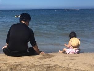 パパと娘と大きい海の写真素材 [FYI03387693]